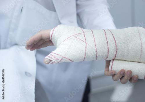 Fotografía  Doctor patient plaster cast