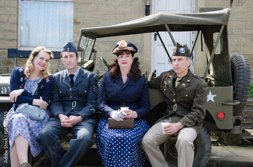 Fotografia  Yorkshire, England, 05/15/2015, An group of young british and american soldiers, resting and posing with their partners