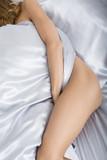 femme sensuelle couchée nue dans son lit