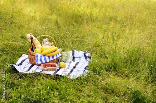 Foto auf Leinwand Picknick Picnic basket and strawberry