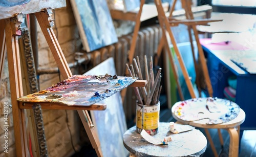 Photo  Easel with palette in the art studio