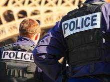 Policiers Devant La Tour Eiffel