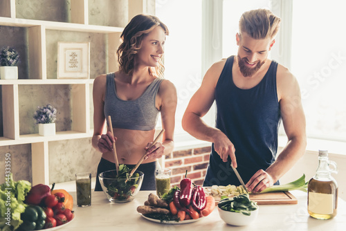 Keuken foto achterwand Koken Couple cooking healthy food