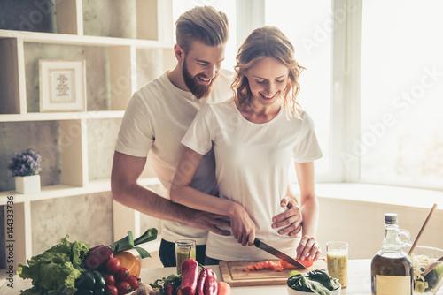 Foto auf Leinwand Kochen Couple cooking healthy food