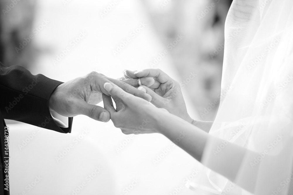 Fototapeta dettaglio mani del m omento dello scambio degli anelli tra due sposi