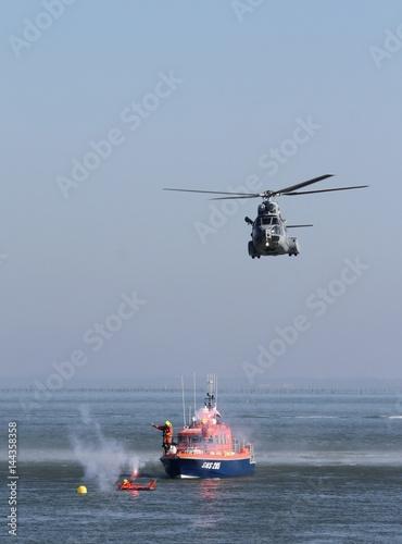 exercice de sauvetage en mer par un hélicoptère de l'armée de l'air