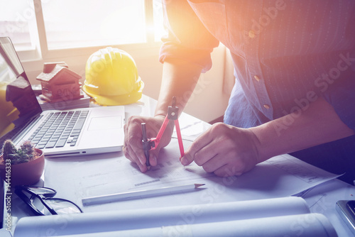 Photo Architect working on blueprint