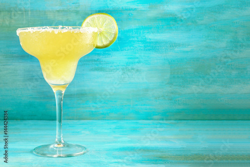 Fotomural Lemon Margarita cocktails on vibrant turquoise with copyspace
