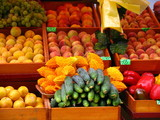 kolorowe owoce i warzywa na miejskim straganie
