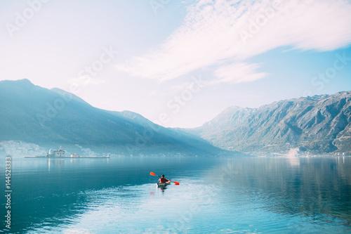 kajaki-na-jeziorze-turysci-kajakiem-na-zatoce-kotor-w-poblizu-miasta-perast-w-czarnogorze-zdjecie-lotnicze-drone