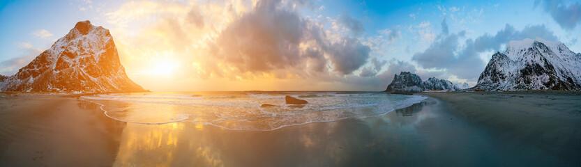 izlazak sunca u arktičkom moru i planina u horizontu