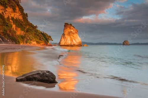 Spoed Foto op Canvas Cathedral Cove Sunset at Cathedral Cove, Coromandel, New Zealand