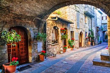 Urocza stara ulica średniowiecznych miast Włoch, regionu Umbria