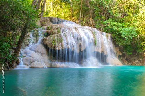 wodospad-w-glebokim-lesie-w-parku-narodowym-erawan