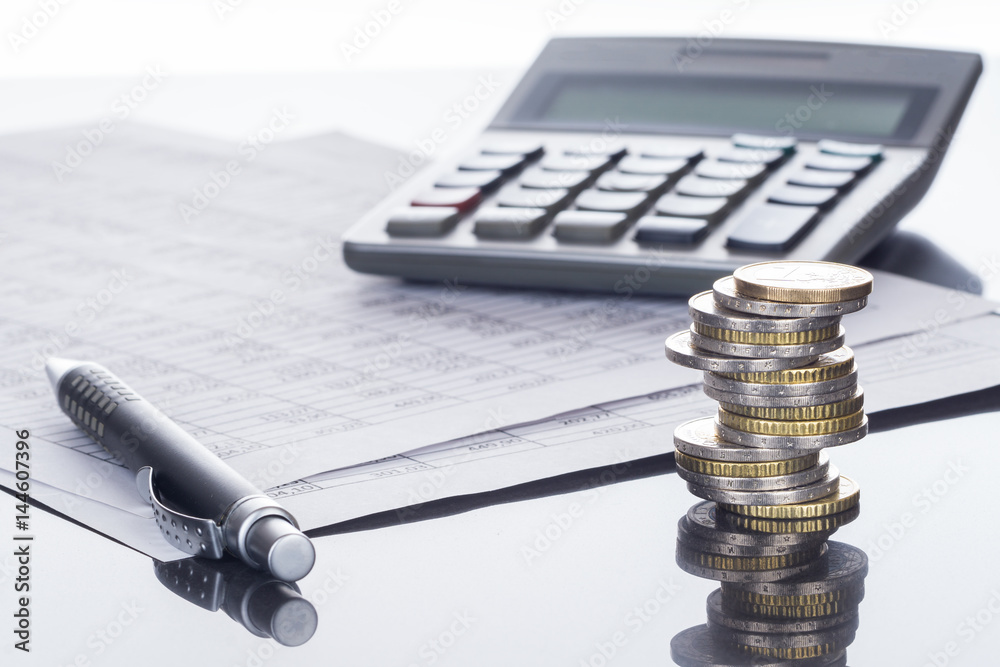 Fototapeta Finanzen, Euro Münzstapel, Kugelschreiber, Tabellen,  und Taschenrechner, Hintergrund