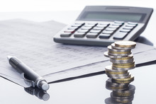 Finanzen, Euro Münzstapel, Kugelschreiber, Tabellen,  Und Taschenrechner, Hintergrund