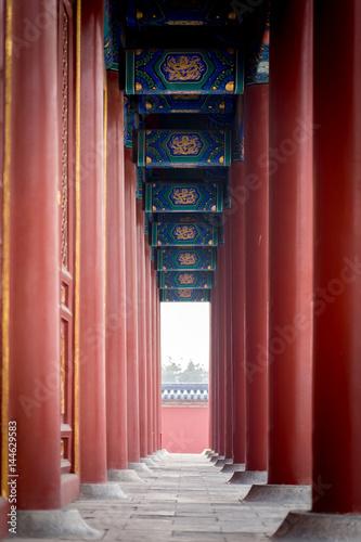 une enfilade de colonne rouge