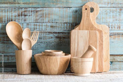 Zdjęcie XXL Kuchenni kulinarni naczynia w magazynie na drewnianym tle