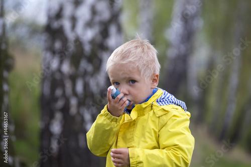 Photo child and asthma inhaler