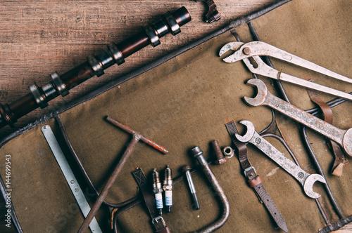 Zdjęcie XXL Stare klucze i części samochodowe. Koncepcja garażu