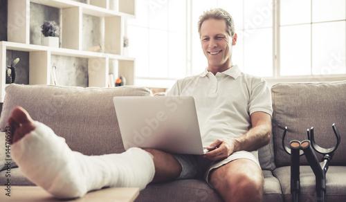 Fotografia  Man with broken leg