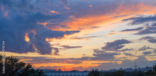 zmierzch-z-dramatycznym-cloudscape-nad-linia-horyzontu-panoramicznym-widokiem-moskwa-rosja
