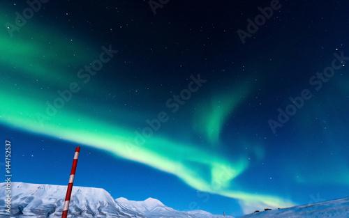 Foto auf Gartenposter Nordlicht The polar Northern lights in the mountains of Svalbard, Longyearbyen, Spitsbergen, Norway wallpaper