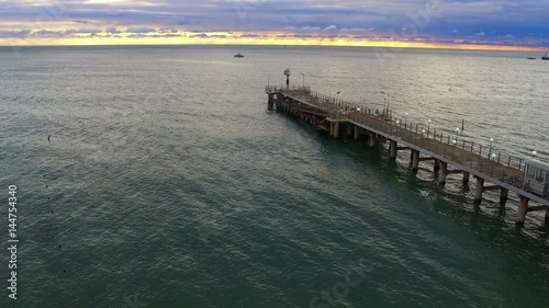 Photo  Drone flight over the sea pier with beacon
