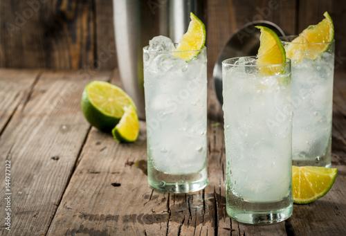 napoj-alkoholowy-o-smaku-cytryny-z-pokruszonym-lodem