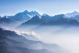 Widok na Mount Everest w świetle dziennym. - 144794708