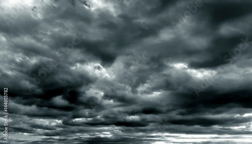 La pose en embrasure Ciel Dark cloudy sky in rainy season
