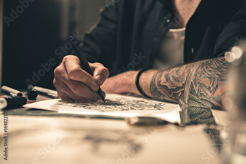 Photo Male painting images at table