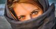 Oczy kobiety zasłoniętej chustką