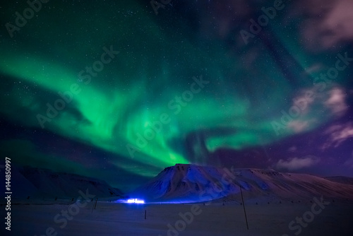 Poster Aurore polaire The polar Northern lights in the mountains of Svalbard, Longyearbyen, Spitsbergen, Norway wallpaper