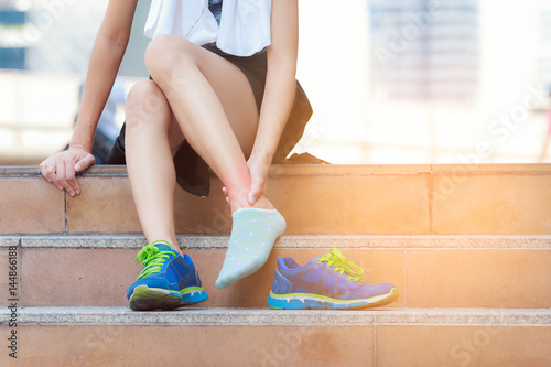 Photo Athlete woman tying running shoes getting ready for jogging
