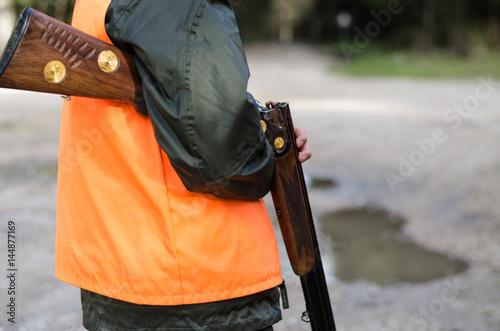 Fusil de chasse et chasseur Fotobehang