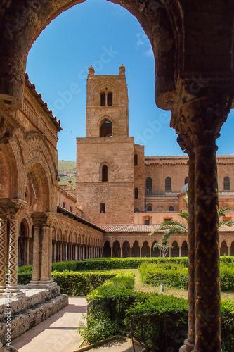 In de dag Italien - Sizilien - Kreuzgang des Benediktinerklosters in Monreale
