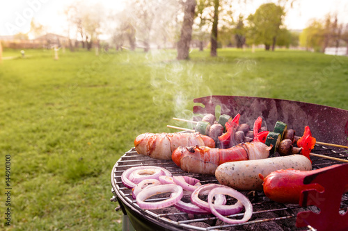 Plakat Piec na grillu z różnorodnym wyśmienicie grillem plenerowym, selekcyjna ostrość