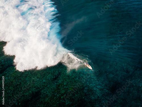 Stickers pour portes Eau Aerial view of surfer riding wave, Teahupoo, Tahiti