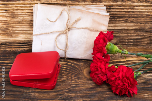 Fotografia  George's ribbon on the table with a red box and flowers, a beautiful victory car