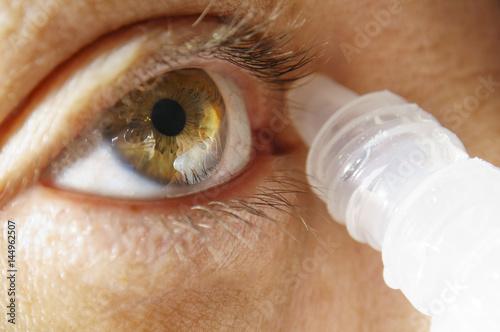 Türaufkleber Makrofotografie Woman macro brown eye applying eye drop