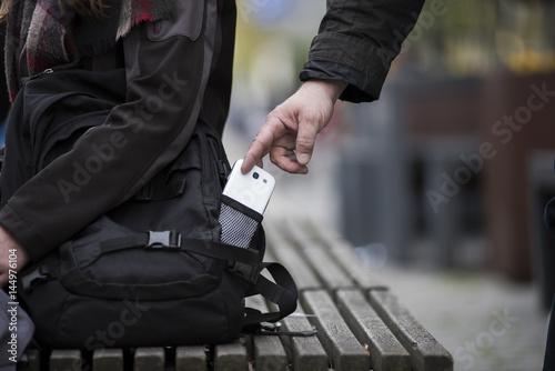 Fotografía  Dieb stiehlt smartphone aus einer Tasche