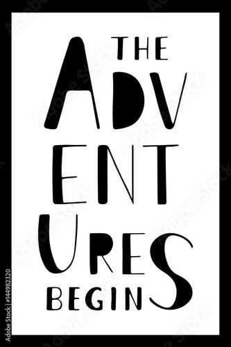 frazy-przygody-zaczynaja-sie-recznie-rysowane-napis-na-bialym-tle-pionowy