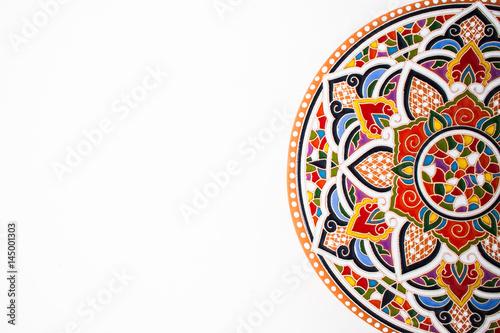 Orientalny talerz ceramiczny z pięknym kolorowym ornamentem