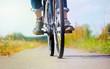 eine Frau macht bei schönem Wetter eine Fahrradtour