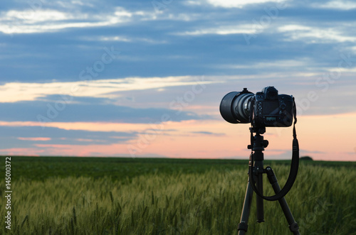 Fotografía Proffessional camera on Tripod is taking photos