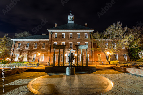Photo thurgood marshal building in annapolis maryland at night