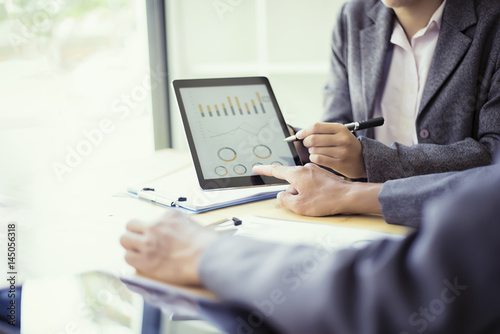 Fotografía  Business people analyzing investment charts with teblet in meeting room, Account