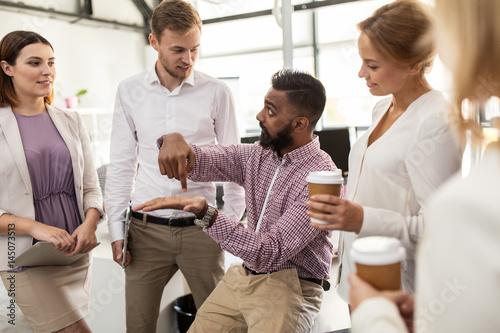 Fototapeta happy business team drinking coffee at office obraz na płótnie
