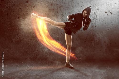 Garden Poster Martial arts Frau trainiert Kampfsport